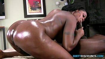 Empregada negra transando com chefe na cozinha