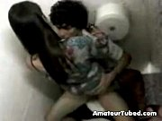 Novinha dando no banheiro da boate