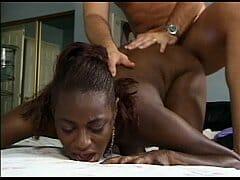 Profissional do sexo negra sentando na vara