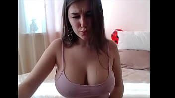 Peituda pelada na webcam