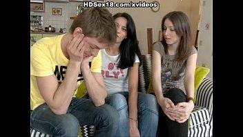 Sexo grupal com duas estudantes lindas
