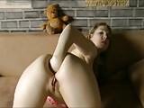 Novinha Linda Surpreende Tocando a Mão Inteira no Cu em frente a Webcam