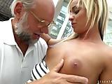 Sobrinha Novinha Faz Sexo com o Tio Velho Por Dinheiro
