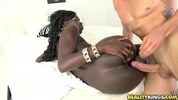 Negra da africa liberando a bucetinha para o empresário