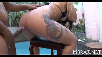 Loira tatuada dando a perereca