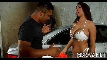 Mulher gostosa transa com mecânico para pagar conserto do carro
