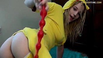 Novinha vestida de pikachu socando o brinquedinho no cu