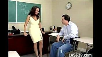 Educação sexual com a professora coroa e gostosa