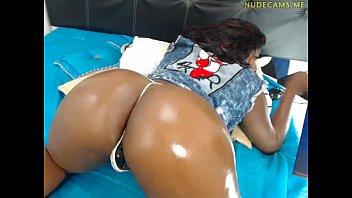 Negra bunduda fica pelada se masturbando na webcam