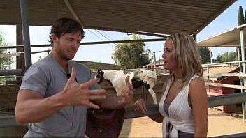Filme XXX com loira gostosa dando para o fazendeiro