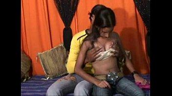 Garota indiana gostosinha transando com o namorado