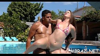 Novinha brasileira dando a beira da piscina