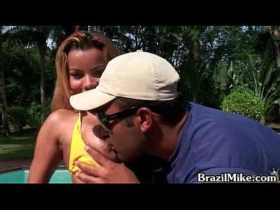 Sexo brasileiro com gostosinha loira sentando na pica do namorado da irmã