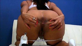 Mulher bunduda do corno mostra o cuzinho para homens em site de relacionamento