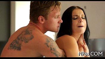 Vídeo erótico com bela morena dando a perseguida na cozinha