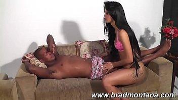 Brasileira Samara arrumou um negão para comer ela todinha