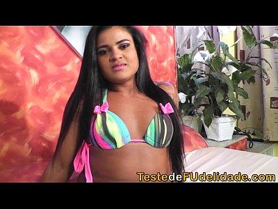 Brasileira mostrando a bundona e a xoxota