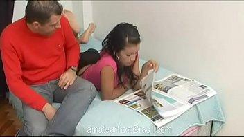 Moreninha realizando suas fantasias sexuais na cama com o cunhado