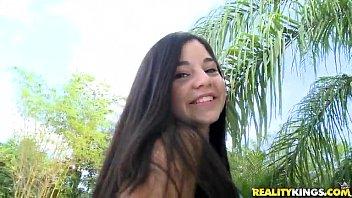 Garota linda de 18 aninhos dando a boceta peluda