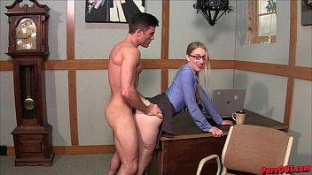 Alargando a boceta lisinha da secretária