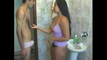 Porno caseiro com magrinho comendo a gostosa no banheiro