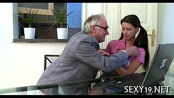 Velhote come a secretária novinha e sexy