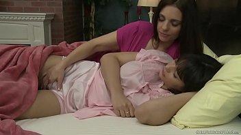 Mãe seduz a filha novinha e faz sexo lésbico com ela
