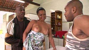 Porno e sexo brasileiro com uma dona de casa da traseira grande