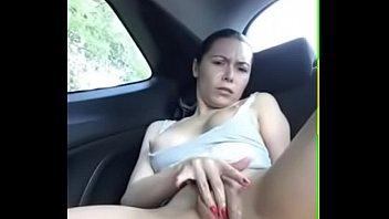 Casada dedando a xoxota no carro
