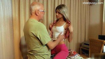 Free porno com filha novinha dando para o pai velhote