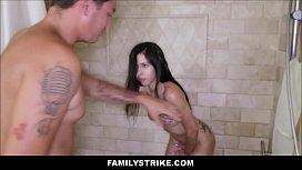 Fudendo a irmã no banheiro