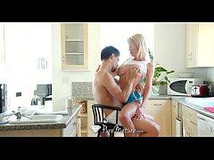 Vídeo de sexo da loira na cadeira