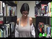 Mia Khalifa ficando nua na biblioteca