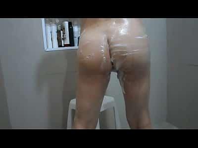 Novinha dos peitinhos gostosos é flagrada tomando banho no colégio