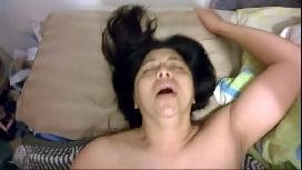 Dona de casa bucetuda tendo orgasmos dando para o amigo do corno