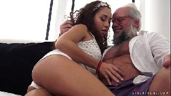 Avô socando na netinha toda gostosinha e sexy