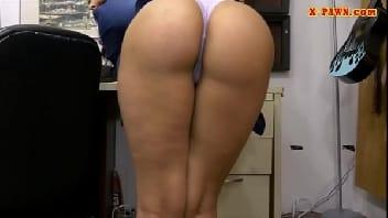 Flagra porno de sexo com homem socando o pênis na secretária sensacional