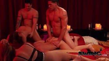 D4suing gostoso com as vagabundas transando na cama