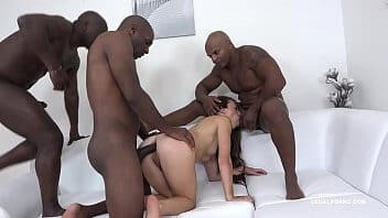 Homens roludos fodendo gostosa